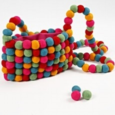 Kleurrijke tas gemaakt van viltkralen